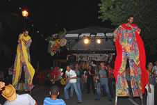 Performers dancing on stilts at Trova Navidena
